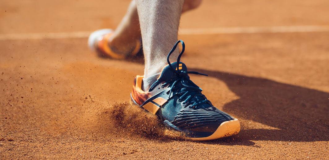 Buty tenisowe powinny miećsystemy pozwalające na bezpieczne poruszanie siępo korcie