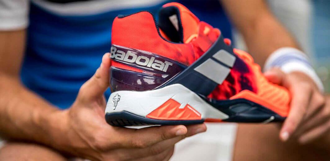Buty do tenisa powinny miećtłumienie drgań i system stabilizacji stopy