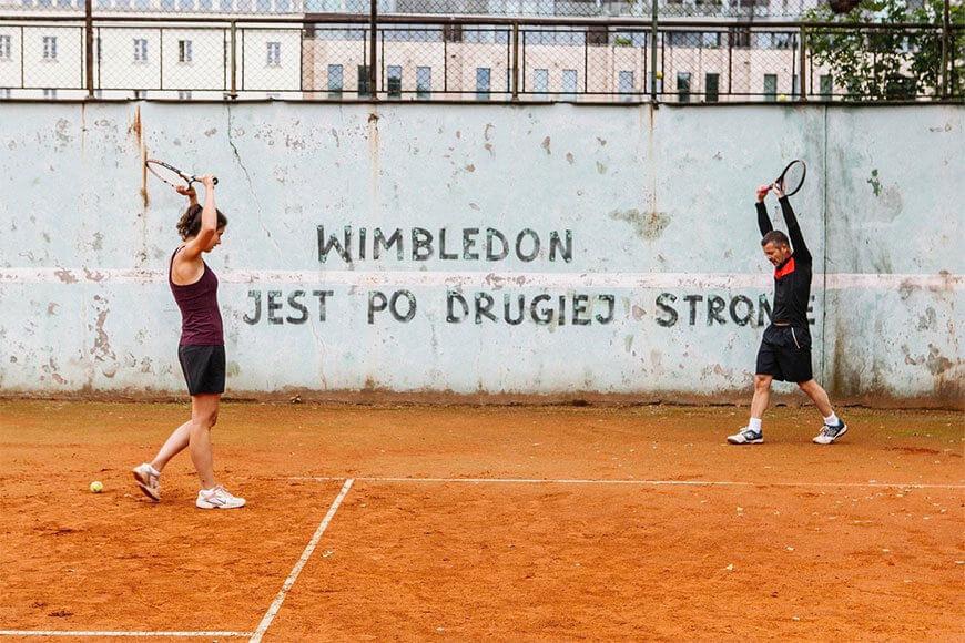 """Na zdjęciu: kadr z filmu """"Córka trenera"""", w którym również pojawiła się ściana tenisowa"""