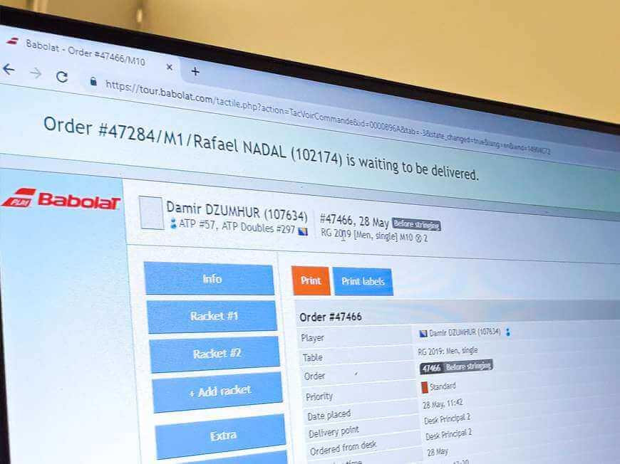 Informacja w systemie o gotowej do odbioru rakiecie Rafaela Nadala