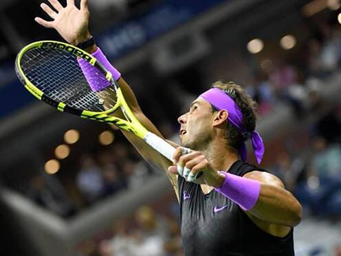 Rafael Nadal serwuje rakietą Pure Strike